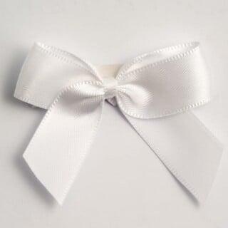 Satijnen Strikjes Wit (Zelfklevend) 5 cm - 12 stuks